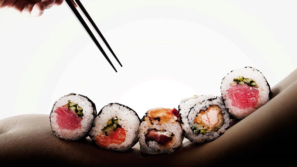 Ăn sushi trên cơ thể trinh nữ?