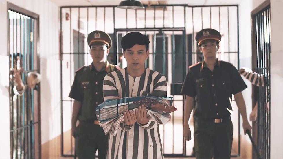 Khán giả 'hoảng hồn' khi thấy Hồ Quang Hiếu bận áo tù trong trại cải tạo