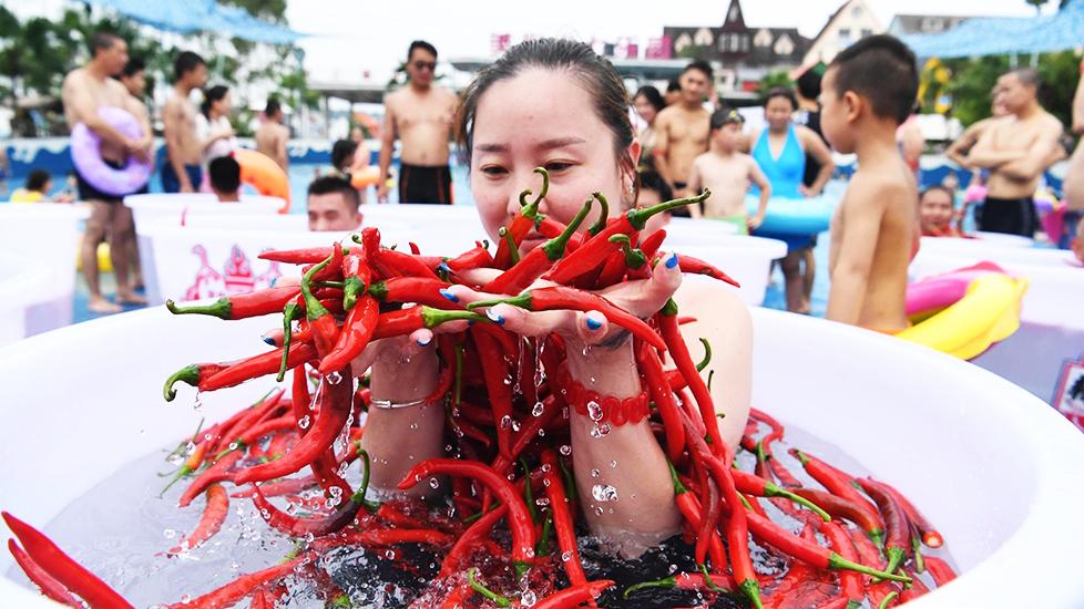 Ngâm mình trong ớt, ăn ớt cay xé lưỡi giữa nắng nóng đổ lửa ở Trung Quốc