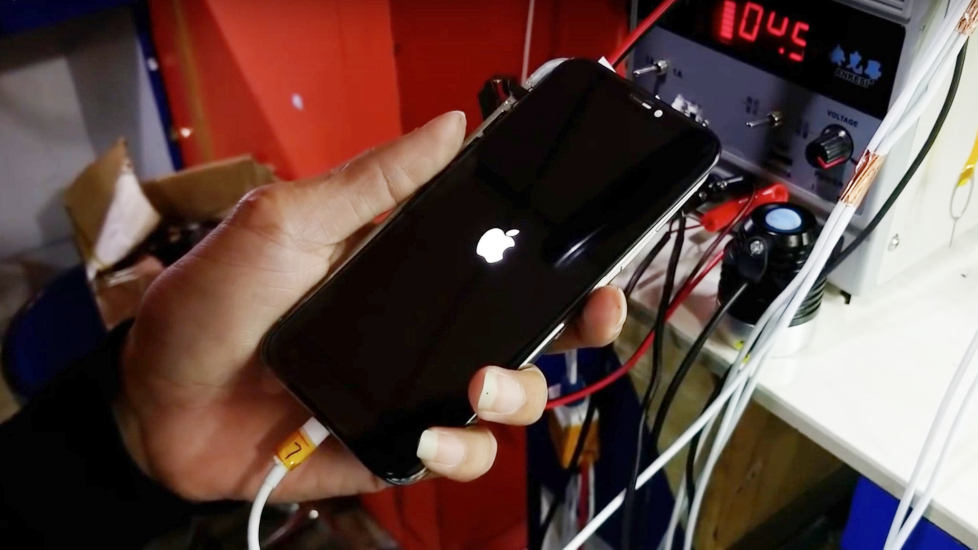 Chàng trai tự ''sản xuất'' iPhone X bằng linh kiện tái chế mua ở chợ
