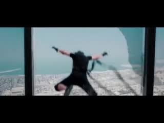 Tom Cruise vắt vẻo trên tòa nhà cao nhất thế giới