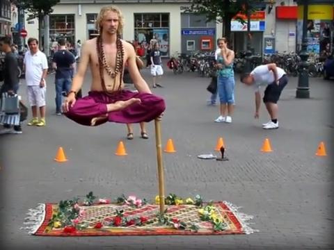 Dị nhân yoga ngồi thiền lơ lửng trên không trung
