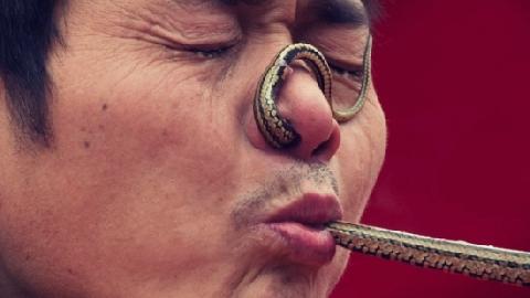 Dị nhân cho rắn luồn qua mũi, mắt...