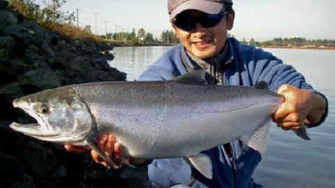 Dị nhân dùng tay không câu cá lớn...