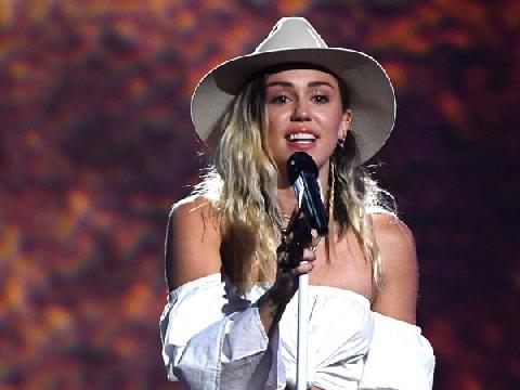 Miley Cyrus bật khóc khi hát về người tình Liam Hemsworth