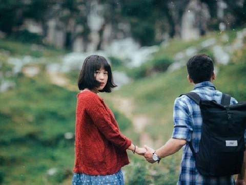''Em gái mưa'' được cô nàng xinh xắn cover giữa núi rừng siêu lãng mạn