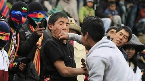 Dân Peru 'đánh lộn' chào năm mới