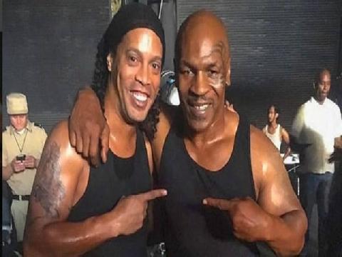 """Tuyệt đỉnh Mike Tyson """"song kiếm"""" Ronaldinho, kẻ sút người đấm"""