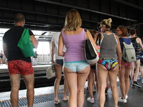 """Thế giới gợi cảm tập thể với trào lưu: """"Đi tàu không mặc quần"""""""