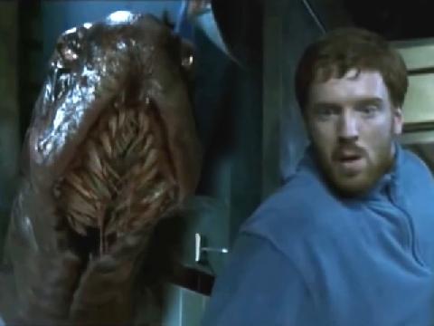 Mở cửa phòng, chàng trai hốt hoảng thấy sinh vật kinh dị dưới sàn nhà