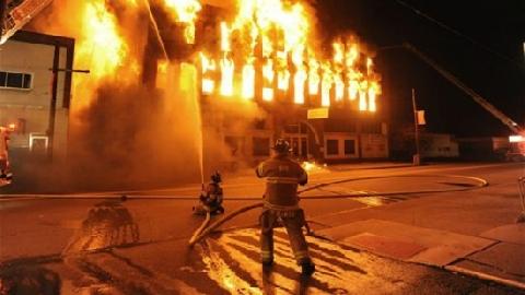 Cháy nhà, bố tung con xuống từ tầng 3