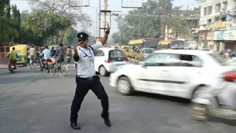 Cảnh sát Ấn Độ vừa nhảy vừa điều khiển giao thông gây sốt