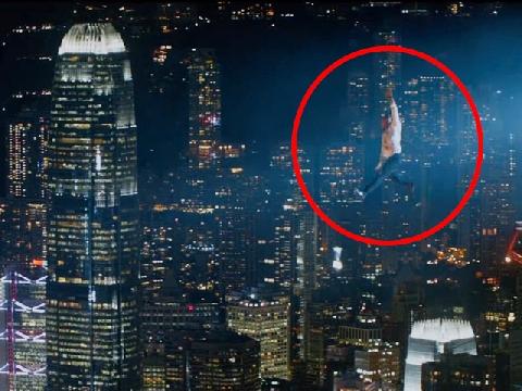 Thót tim với cảnh đu người trên không của The Rock trong 'Skycraper'