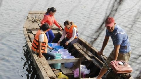 Sợ cá chép bị chích điện, người Sài Gòn ra giữa sông phóng sinh