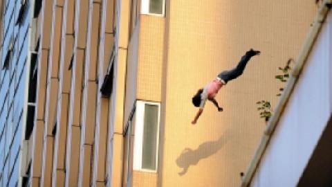 Cảnh sát Trung Quốc dùng thân mình 'hứng' người tự tử