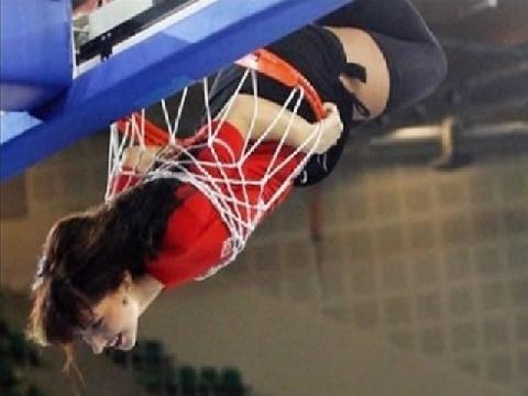 """Chết cười với màn biểu diễn bóng rổ """"thảm họa"""""""