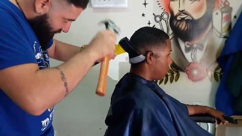 Rợn gáy dịch vụ ''chặt'' tóc bằng rìu
