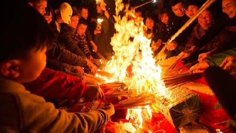 Đốt vàng mã lấy lửa cầu may ở Hà Nội