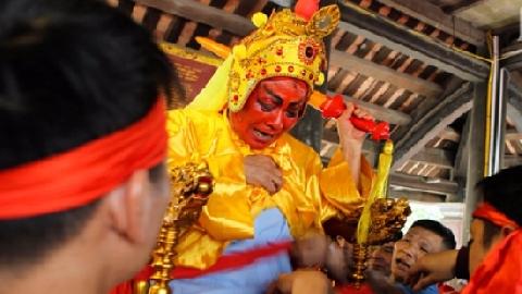 Hàng chục thanh niên rước Chúa giả ở Hà Nội