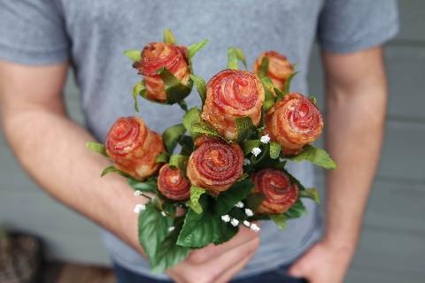 Hoa hồng ư, xưa rồi! Lãng mạn là phải tặng nhau hoa... thịt xông khói