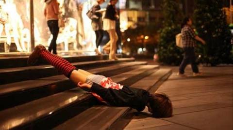 Tay không hứng phụ nữ nhảy lầu tự tử, cảnh sát gãy đốt sống lưng