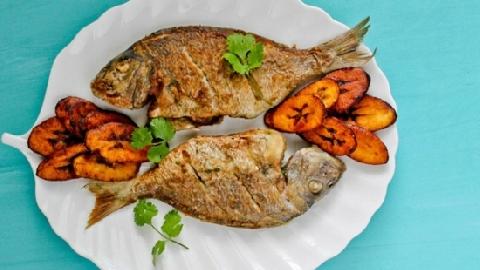 Cá rán vàng ruộm bỗng 'sống lại' trên bàn ăn