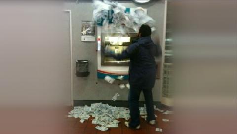 ATM đột ngột nhả tiền như mưa, đôi nam nữ thừa cơ nhặt hết!