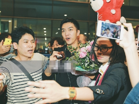 Lee Seung Gi và dàn sao Hàn đại náo sân bay Nội Bài