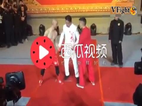 Võ sĩ Boxing chấp 1 tay vẫn hạ gục cao thủ Trung Quốc!