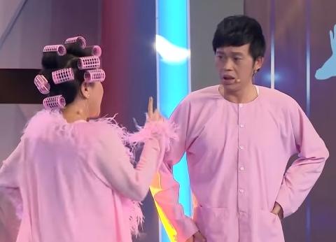 Hoài Linh cúi lạy khi Việt Hương hóa Chi Pu