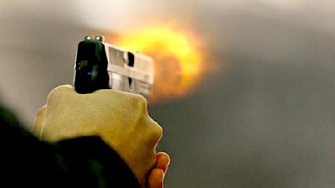 Bị xe máy đâm, người đi bộ rút súng bắn gục tài xế