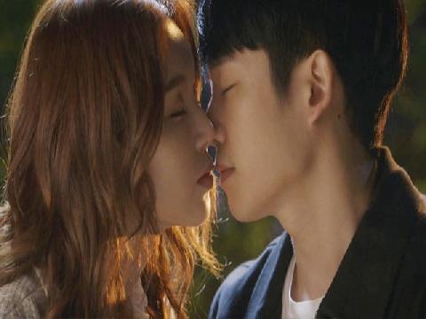 'Chị đẹp' ơi, có ghen không khi nhìn thấy Jung Hae In tình tứ với gái lạ thế này!