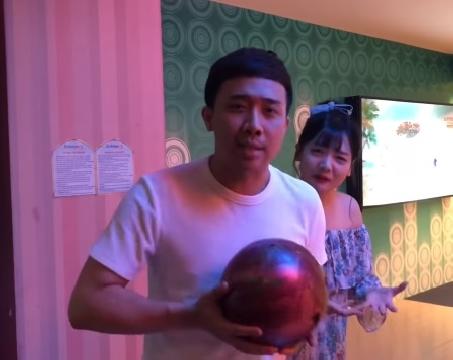 Trấn Thành hướng dẫn em vợ cách chơi bowling như thánh