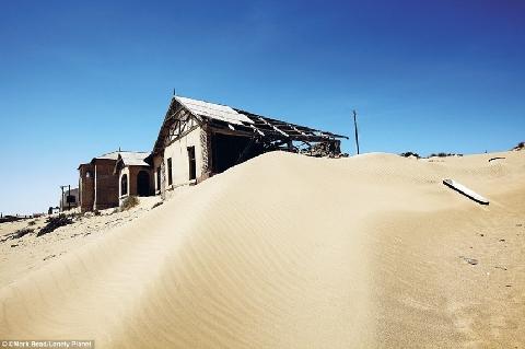 """Sa mạc """"nuốt chửng"""" thị trấn giàu nhất thế giới"""