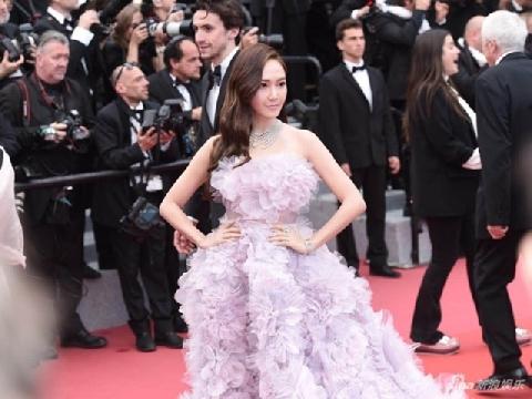 Nữ hoàng sang chảnh Jessica phủ tím thảm đỏ Cannes