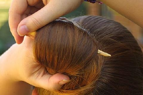 2 cách tạo kiểu tóc búi tránh nóng chỉ với một chiếc bút