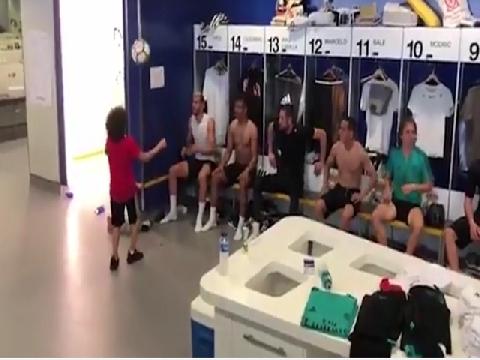 """Phòng thay đồ Real suýt """"vỡ"""" vì tài tâng bóng của con trai Marcelo"""