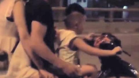 Bé trai lái xe máy chở cha mẹ phóng vun vút trên đường tối mịt