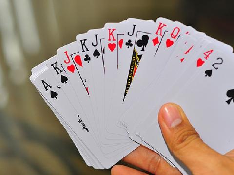 Kĩ thuật xếp bài bằng đôi bài tay ma quái