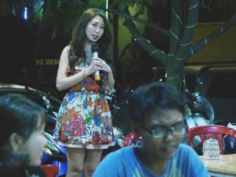 Khổng Tú Quỳnh hát rong bán kẹo kéo sau tin đồn chia tay Ngô Kiến Huy