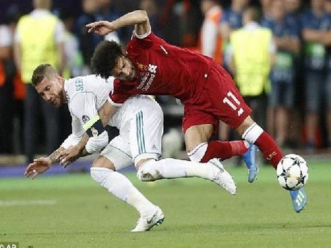 Ramos 'tiểu xạo' với pha bẻ vai Salah 'như võ sĩ MMA'