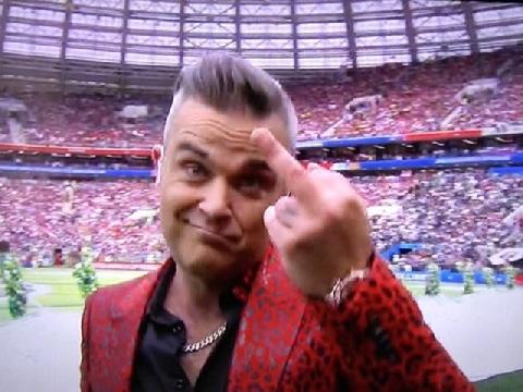 """Robbie Williams gây sốc khi giơ """"ngón tay thối"""" khi diễn World Cup"""