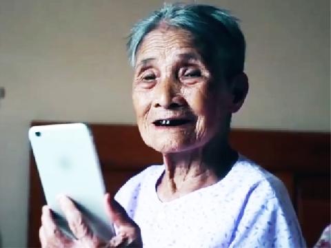 Cụ bà 93 tuổi lần đầu selfie cực sành điệu