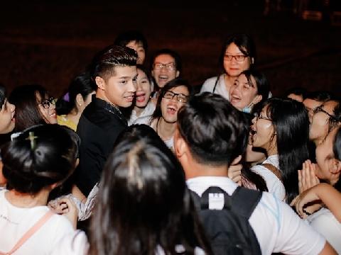 'Tan chảy' với hành động  lấy tay che mưa cho fan của Noo Phước Thịnh