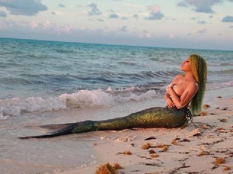 Nicki Minaj hóa nàng tiên cá bán nude nóng bỏng trong MV mới