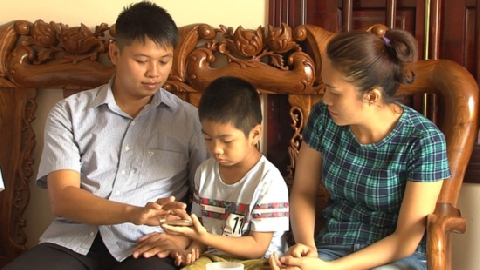 Những năm tháng sống trong hoài nghi của gia đình bị trao nhầm con