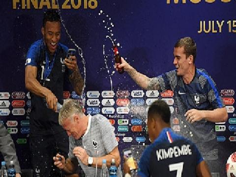Cầu thủ Pháp quẩy tưng bừng, đổ rượu vào HLV trong phòng họp báo