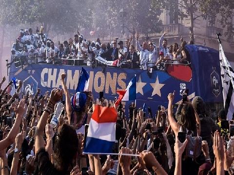 Hàng chục nghìn CĐV chào đón tuyển Pháp