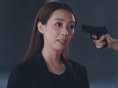 Thu Trang bị kẻ thù chĩa súng vào đầu