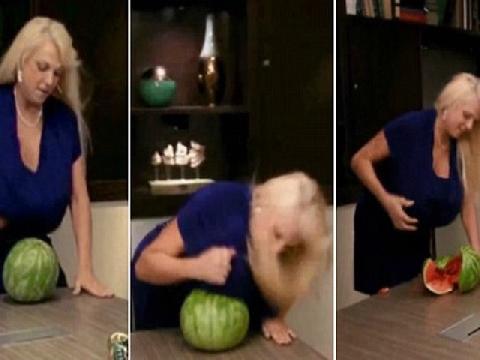 Người phụ nữ dùng ngực khủng đập vỡ quả dưa hấu!